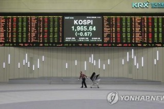 Korean shares edge down amid uncertainty over Fed policy