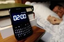 침대에서 태블릿, 스마트폰 쓰는 아동, 21분 덜 잔다
