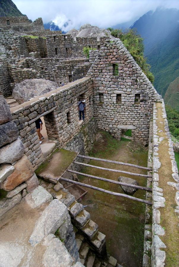 잉카 주택의 2층 구조를 보여주는 집. 2층은 나무를 벽사이에 끼워 넣고 대나무를 깔고 그 위에 진흙을 발라 층을 만들었다.