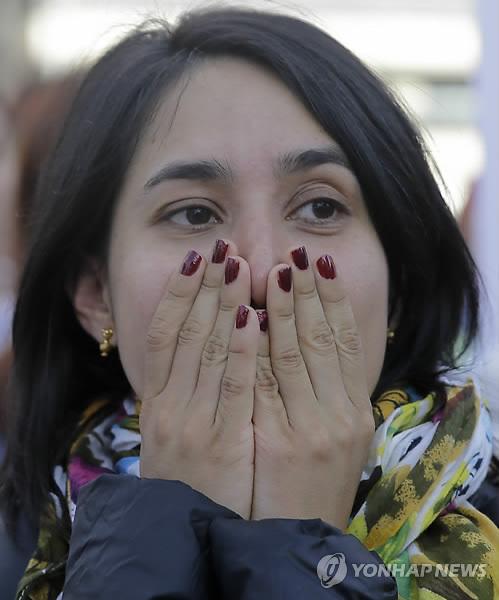 한 평화협정 지지자가 보고타에서 국민투표 결과를 보고 망연자실한 표정을 짓고 있는 모습.보고타 AP=연합뉴스)