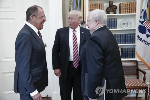 지난 10일 백악관에서 세르게이 라브로프 러시아 외무장관(좌), 세르게이 키슬랴크 주미 대사(우)와 환담하는 트럼프 대통령