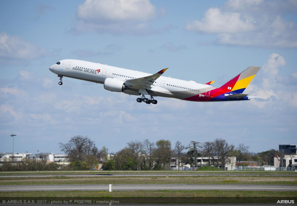 1600x1200_1493030331_A350-900_Asiana_Airlines_taking_off