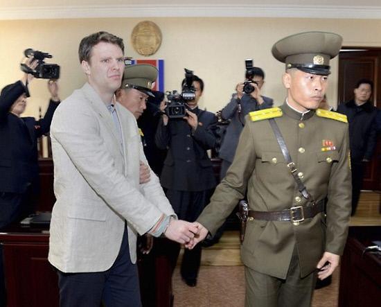 웜비어씨가 북한 경비병에 끌려가는 모습