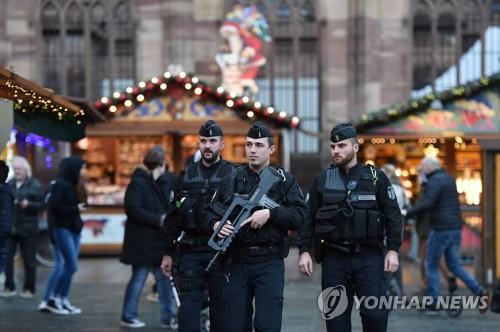 프랑스 동부 스트라스부르에서 24일(현지시간) 무장 경찰이 크리스마스 마켓 주변을 순찰하고 있다. [AFP=연합뉴스]
