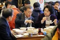 """文대통령 '혼밥' 논란?…靑 """"회담내용으로 평가해 달라"""""""