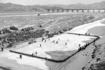 한국전쟁 당시 임진강 아이스하키 재현한다