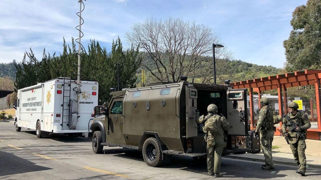 북가주 나파 인근 재향군인  요양소에서 인질극이 벌어진 가운데 경찰타격대가 출동해 있다.(AP)
