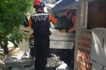 강화서 여성 운전자가 몰던 1t 트럭 주택으로 돌진 '쾅'