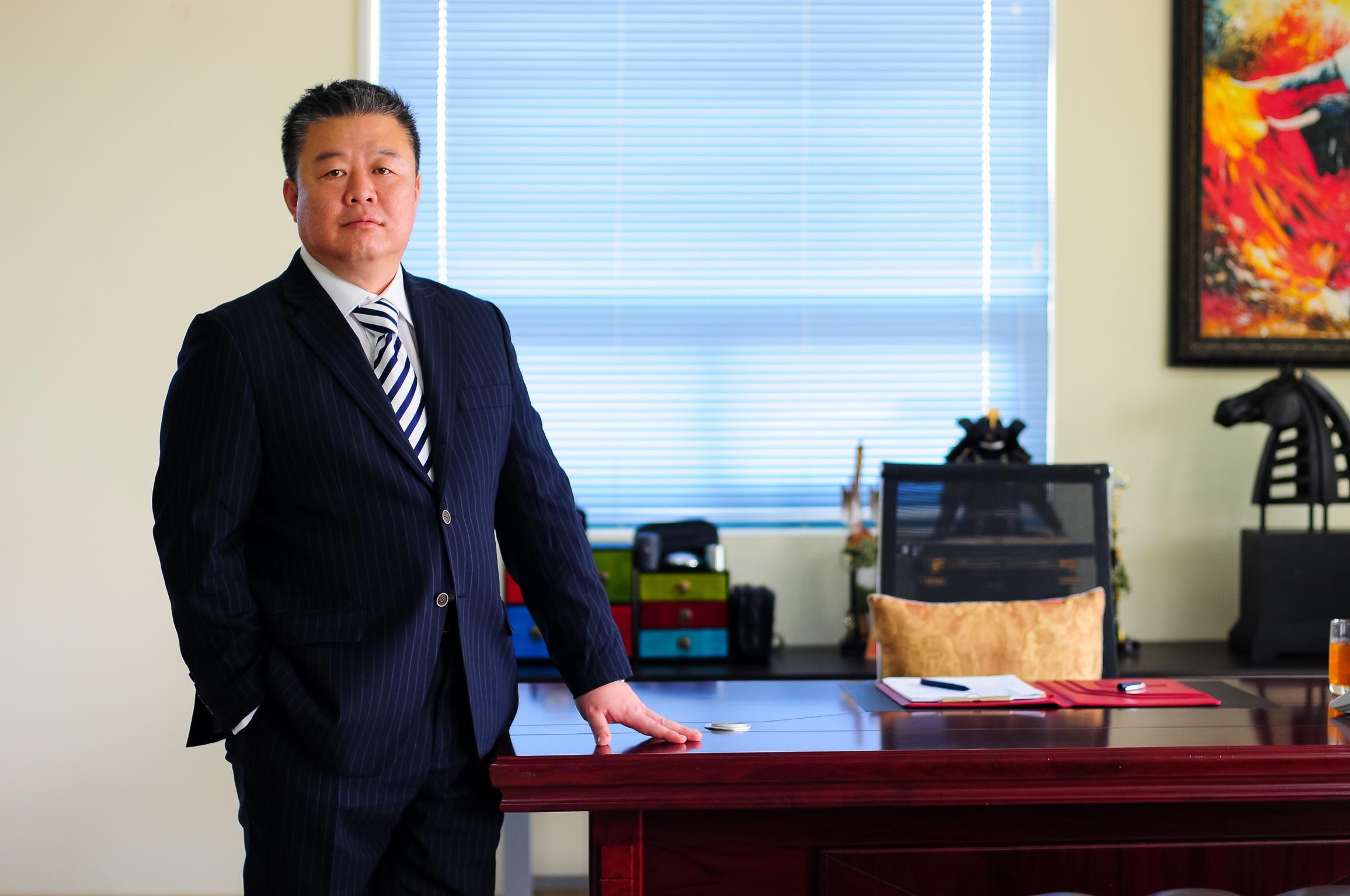 베트남 종편채널 사업권을 따낸 BHT아시아 미디어 윤한섭회장이 12일 LA집무실에서 포즈를 취하고 있다.