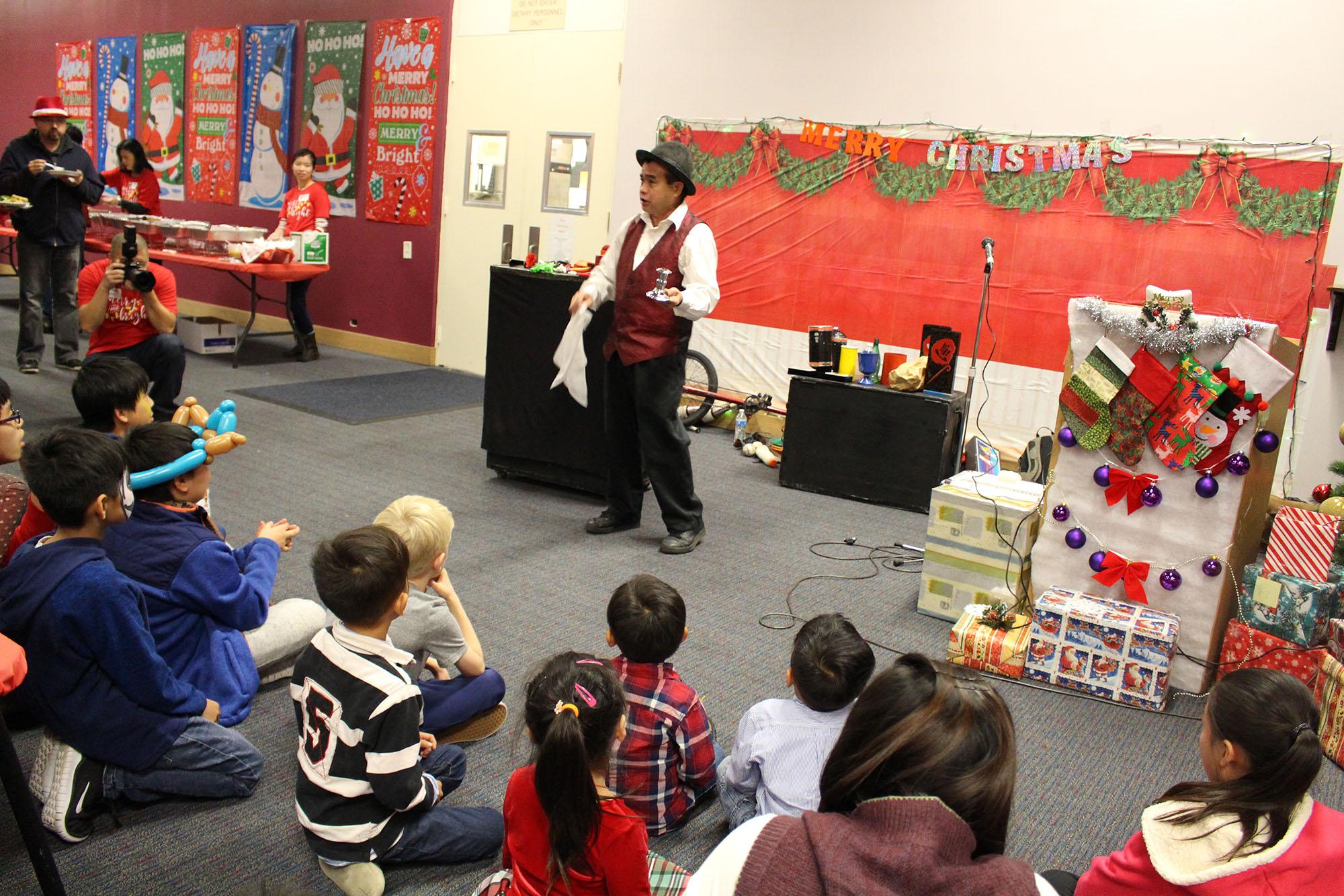 위탁가정 아이들을 위한 크리스마스 파티에서 마술쇼가 펼쳐지고 있다.
