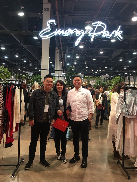 한미은행 샤론 김 패션디스트릭트 지점장(가운데)이 고객사인 에모리 파크 잉크  Park Inc. 부스를 찾아 하비에르 최(왼쪽), 맥스 최 사장과 함께 기념사진을 찍고 있다.