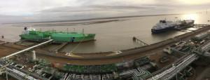 2018년 11월 11일 프랑스 몽투아르 LNG 터미널에서 대우조선해양이 건조한 세계 최초 쇄빙 LNG 운반선(오른쪽)이 LNG를 하역해 역시 대우조선이 건조한 BW사의 LNG 추진 LNG 운반선에 선적하는 모습. [대우조선해양 제공]