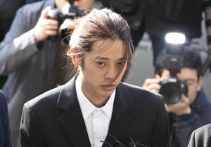 성관계 동영상 불법 촬영·유포 논란을 빚은 가수 정준영이 피의자 신분으로 조사를 받기 위해 14일 오전 서울지방경찰청으로 들어서며 취재진 질문에 답하고 있는 모습.[연합]
