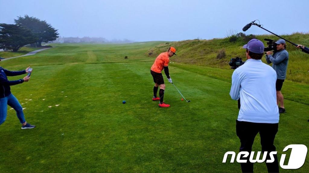 에릭 번스가 24시간 동안 골프장 420홀을 돌며 이 부문 신기록을 써냈다(렛뎀플레이 재단 트위터 갈무리). © 뉴스1