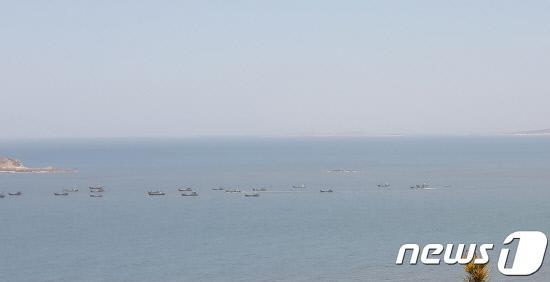 꽃게철 되니 또 슬금슬금…연평해역, 中어선 평소 '2배'