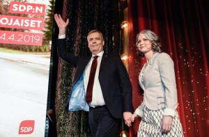 핀란드 총선에서 제 1당의 자리에 오른 사회민주당의 안티 린네 대표가 그의 부인과 승리를 축하하고 있다. [EPA=헤럴드]