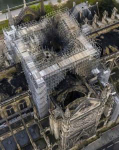 화재 이틀 후인 17일(현지시간) 드론으로 촬영한 노트르담 성당이다. 첨탑이 있던 자리와 지붕이 뻥 뚫려 아가리를 벌리고 있는 듯하다. [AP=헤럴드]