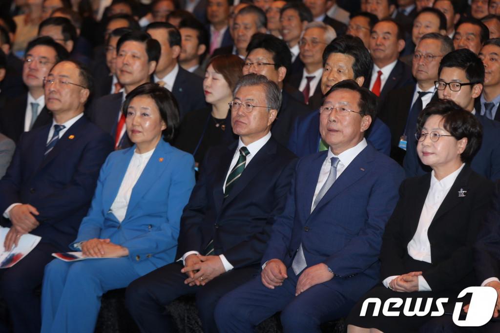 '2019 대한민국 중소기업인대회'에 참석한 문재인 대통령이 박영선 중소벤처기업부 장관(좌)과 김기문 중소기업중앙회장(우)과 행사장에 나란히 앉아있다.(중기중앙회 제공)© 뉴스1
