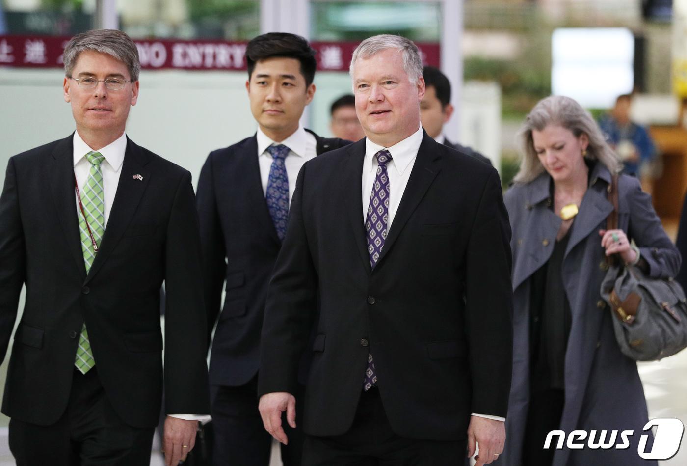 스티븐 비건 미국 국무부 대북정책 특별대표(왼쪽 세번째)가 8일 오후 서울 강서구 김포국제공항을 통해 입국하고 있다. (뉴스 1)
