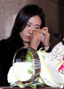 '빙속여제' 이상화가 16일 오후 서울 중구 더플라자호텔에서 열린 공식 은퇴식 및 기자간담회에서 인사말을 시작하며 벅차오르는 감정에 흐르는 눈물을 훔치고 있다. (뉴스1)