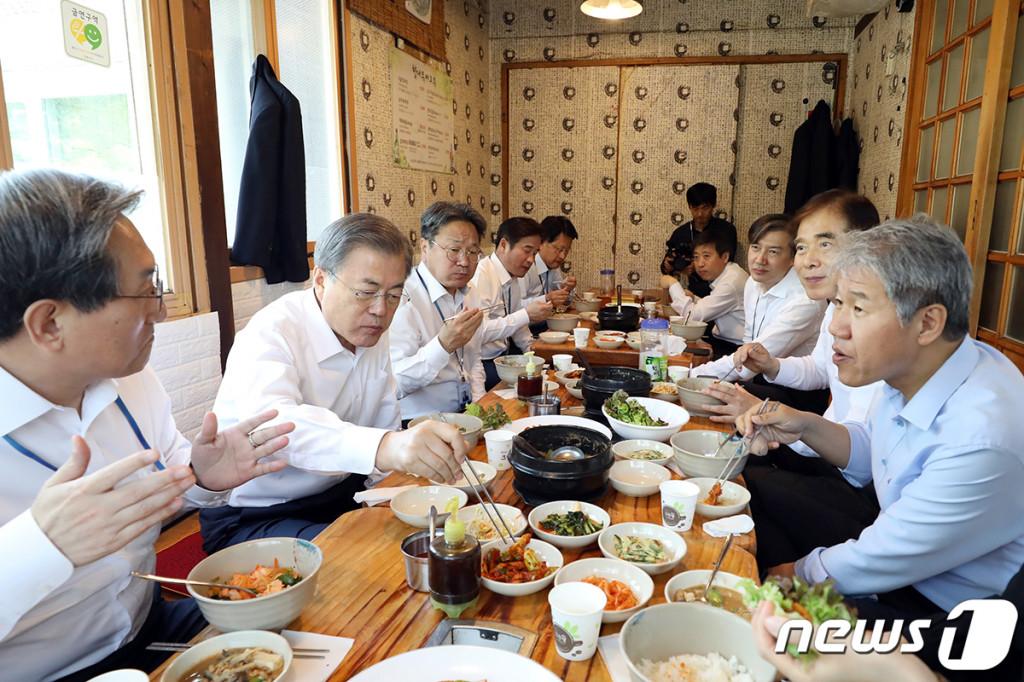 문재인 대통령이 10일 오후 노영민 비서실장을 비롯한 참모진과 청와대 인근 음식점에서 점심을 먹고 있다. (청와대 제공=뉴스1)