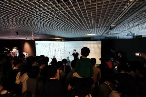 UCLA 로멜라 연구소장을 맡고 있는 데니스 홍 UCLA 기계공학과 교수가 19일 서울 종로구 아트센터 나비에서 열린 로멜라 로봇 특별전에서 로봇 소개를 하는 모습. [사진 신보경PD/bbok@heraldcorp.com]