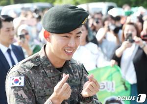 2PM 옥택연이 16일 오전 경기도 고양시 백마회관 앞에서 팬들에게 전역 인사를 하고 있다. (뉴스1)