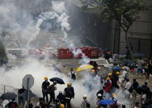 홍콩 시위 현장에서 최루탄이 터지고 있다.[연합=헤럴드경제]
