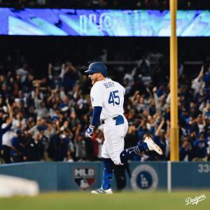다저스의 워런 비티가 9회말 끝내기 투런홈런을 날린 뒤 베이스를 돌고 있다.