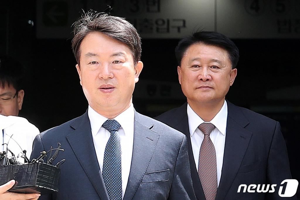 박근혜정부 시절 정보경찰을 동원해 불법적으로 선거 및 정치에 개입하고 정부 비판 세력을 사찰한 혐의를 받는 강신명, 이철성 전 경찰청장(왼쪽부터)/뉴스1
