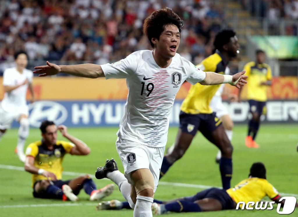 12일(한국시간) 폴란드 아레나 루블린에서 열린 '2019 국제축구연맹(FIFA) U-20 월드컵' 4강전 대한민국과 에콰도르의 경기에서 전반 선제골을 넣은 최준 선수와 두 팔을 벌려 기쁨을 표현하고 있다.(뉴스1)