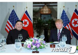 김정은 북한 국무위원장과 트럼프 미국 대통령이 지난 2월27일 베트남 하노이 메트로폴 호텔에서 단독회담 후 친교 만찬하는 모습.(노동신문) /뉴스1