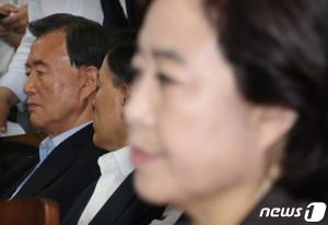 박순자 자유한국당 의원과 홍문표 의원이 9일 서울 여의도 국회에서 열린 의원총회에서 나경원 원내대표의 발언을 듣고 있다. 두 의원은 국회 국토교통위원장직을 두고 팽팽한 갈등을 보이고 있다. (뉴스1)
