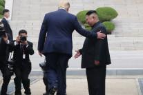 """트럼프, 문 대통령 조언에 북한땅 밟아…""""미국 의전팀도 몰랐다"""""""