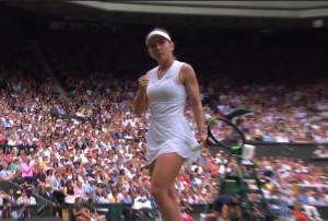 시모나 할렙이 13일 치른 윔블던 테니스대회 여자단식 결승에서 세레나 윌리엄스와 랠리를  주고받은 뒤 포인트를 따내자 주먹을 불끈 쥐어보이고 있다.[ESPN화면 갈무리]