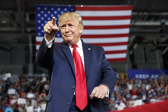 도널드 트럼프 대통령이 17일 선거유세를 위해 노스캐롤라이나주 그린스빌에 도착,지지자들에게 손짓하고 있다.[AP=헤럴드경제]