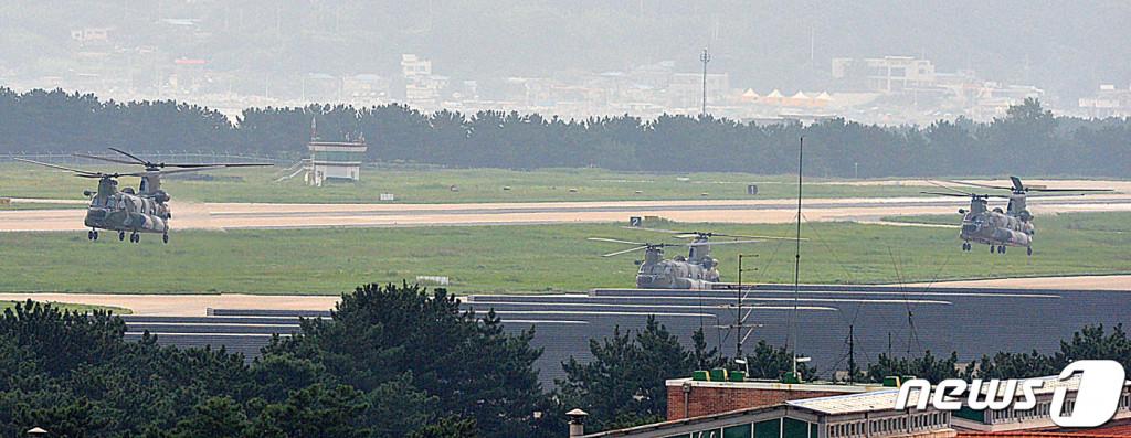 5일 오전 해군이 동해 영토수호훈련을 시작한 가운데 훈련에 참가하는 해병대원들을 태운 육군 대형수송헬기 치누크(CH-47)가 경북 포항공항에서 독도로 이륙하고 있다. 독도방어훈련은 26일까지 실시된다. [뉴스1]