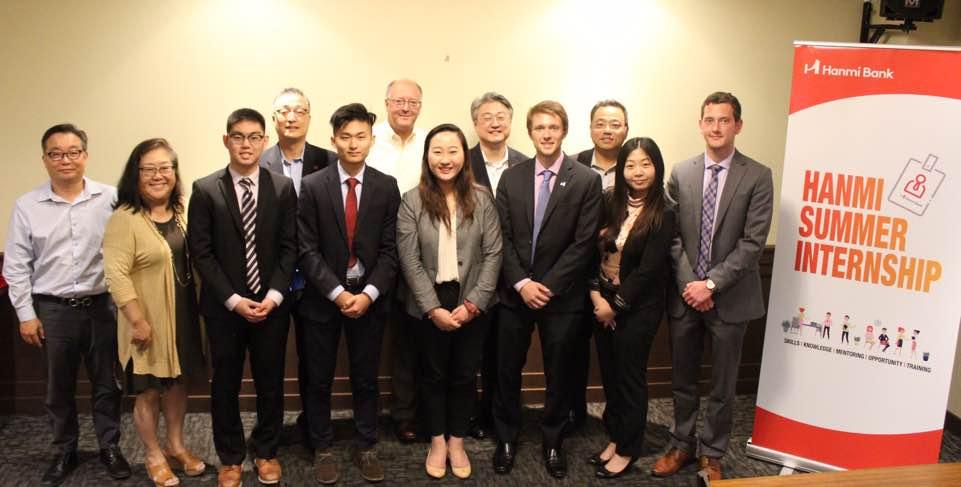 지난 16일 가진 한미은행의 인턴십 수료식에서 앤서니 김 전무(뒷줄 오른쪽 3번째) 등 은행 임원들이 인턴 과정을 수료한 학생들과 기념 사진을 찍고 있다.