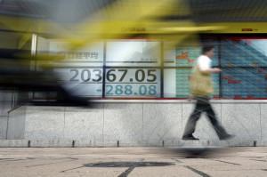 일본의 한 증권사 앞에 걸려 있는 스크린에 닛케이 225 지수가 표시되고 있다. [AP=헤럴드]