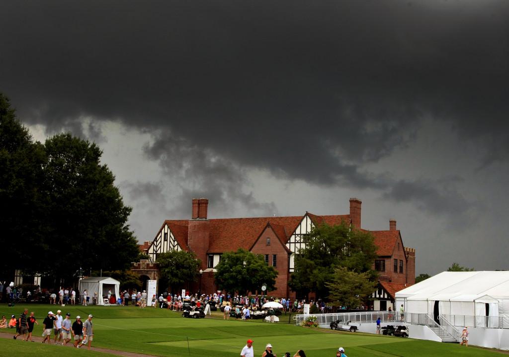 24일(현지시간) 조지아주 애틀랜타 이스트레이크 C.C 에서열린 PGA투어 챔피온 3라운드 중반 천둥번개 예보로 경기가 중단된 가운데 골프장 하늘에 먹구름이 몰려오고 있다. /이스트레이크 C.C. (미 조지아주)=류종상기자