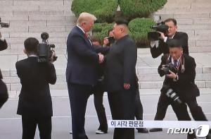 북에서 인사 나누는 트럼프와 김정은