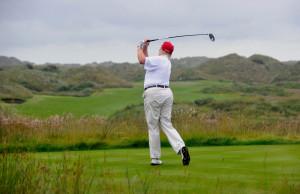 아일랜드에 위치한 '트럼프 인터내셔널 골프 링크스'에서 골프를 치고 있는 도널드 트럼프. (폴리티코) © 뉴스1