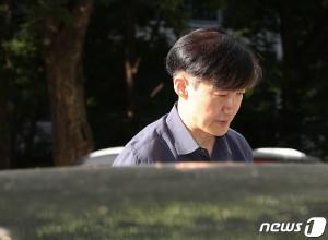 조국 법무부 장관이 15일 오후 서울 서초구 방배동 자택을 나서고 있다.뉴스 1