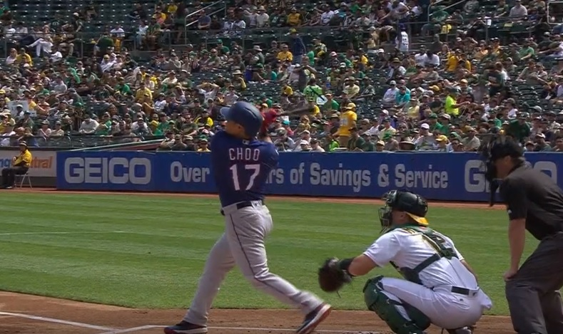 추신수가 22일 오클랜드전 1회초 초구 홈런을 날리고 있다.(MLB.COM)