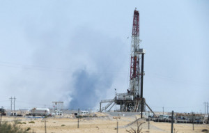 14일 예멘반군의 무인기(드론) 공격 후 검은연기가 피어오르는 사우디아라비아 국영 석유회사 아람코의 원유 생산 시설 단지. [로이터=헤럴드경제]