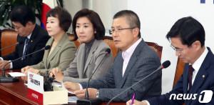 황교안 자유한국당 대표가 17일 서울 여의도 국회에서 열린 최고위원회의에서 모두발언을 하고 있다.(뉴스1)