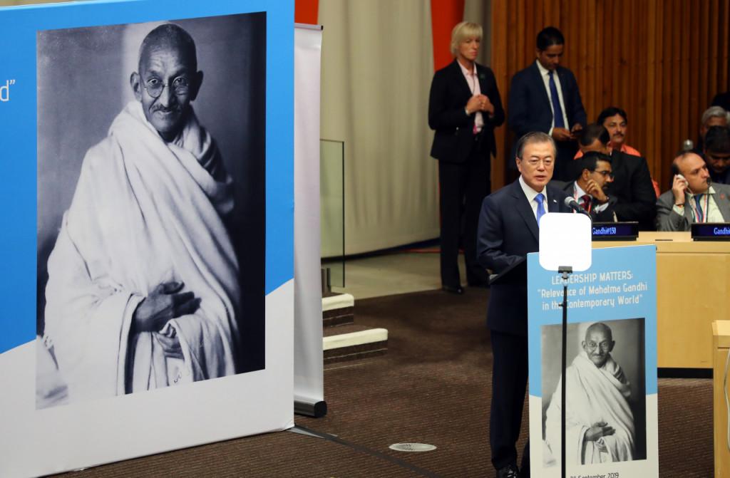 문재인 대통령이 지난달 24일 오후(현지시간) 뉴욕 유엔본부 경제사회이사회 회의장에서 열린 간디 탄생 150주년 기념 고위급 행사에서 연설하고 있다. [연합=헤럴드경제]
