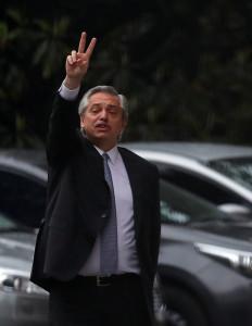 27일(현지시간) 치러진 아르헨티나 대선에서 승리한 알베르토 페르난데스 당선자가 마우리시오 마크리 대통령과의 만남 후에 자리를 떠나면서 취재진을 향해 브이자를 그려보이고 있다. [로이터=헤럴드경제]