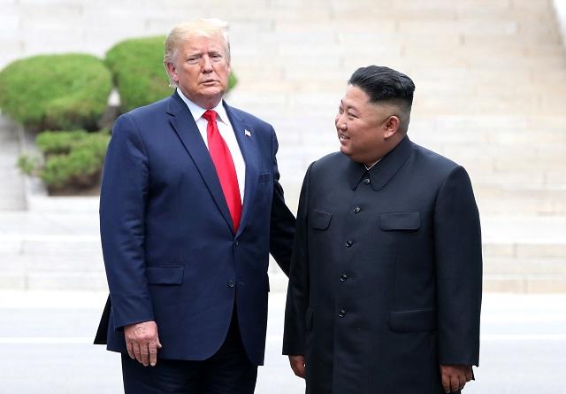 도널드 트럼프 미국대통령과 김정은 북한 국방위원장이 지난 6월 30일 판문점에서 만나고 있다.