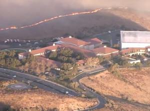 캘리포니아주 시미밸리 산불이 로널드 레이건 대통령 도서관을 위협하고 있다.